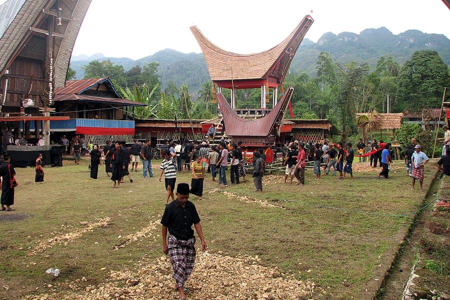 Indonésie : Enterrement chez les Torajas