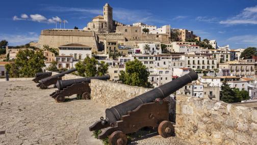 Halte à Ibiza, entre plages idylliques et richesse historique